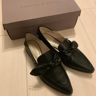 Charles and Keith - 新品未使用19000円 リボンレザーフラットシューズ