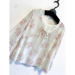 リリーブラウン(Lily Brown)のホワイト 白 フレアシフォンシャツ 11号 9号 ml 薄手 春夏 花柄 リボン(シャツ/ブラウス(長袖/七分))