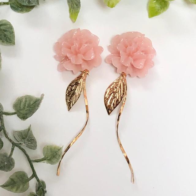 フラワーカボション  ツイストスティック&リーフ(ピンク) ハンドメイドのアクセサリー(ピアス)の商品写真