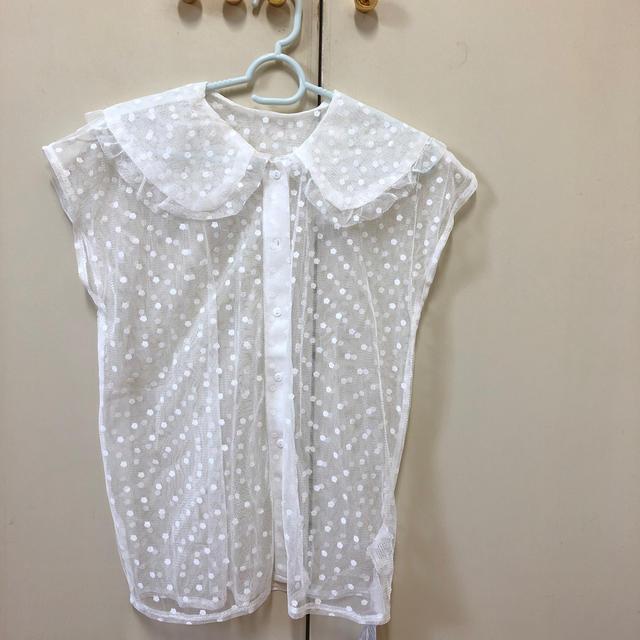 merlot(メルロー)のmerlot 新品未使用 ドット柄 シアートップス レディースのトップス(シャツ/ブラウス(半袖/袖なし))の商品写真