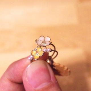 ブルーブルーエ(Bleu Bleuet)の【送料込】白と黄色のお花の二連指輪[gargle](リング(指輪))