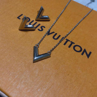 LOUIS VUITTON - 最新作 ルイV字ネックレス&ピアス