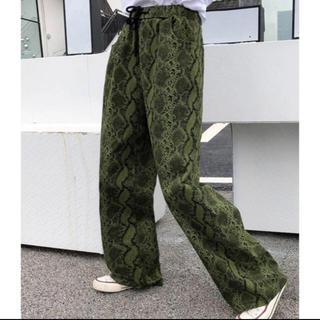 Ameri VINTAGE - 大人気なため再入荷!☺完売商品☺ パイソン柄 カラーパンツ パンツ