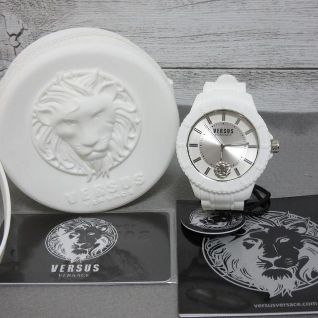 オメガ コピー 2017新作 | VERSACE - 新品 ヴェルサスヴェルサーチ 腕時計 純白 ホワイト ラバーベルト メンズの通販 by OpenSky's Shop