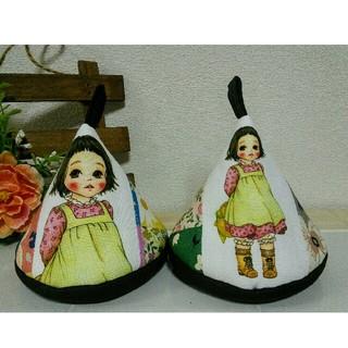 ふんわり笑顔の女の子と♡お花いっぱいの三角鍋つかみ ストウブ ル・クルーゼ(キッチン小物)