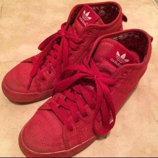 adidas(アディダス)のadidas 赤 インヒールスニーカー レディースの靴/シューズ(スニーカー