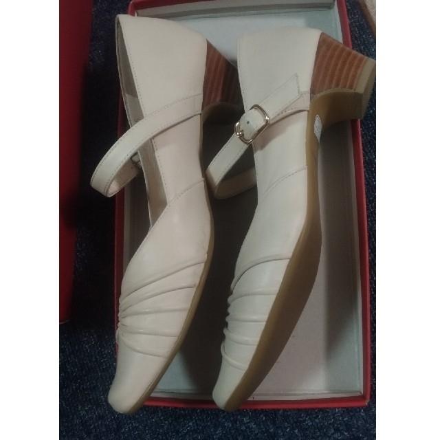 REGAL(リーガル)のREGAL ストラップ付き白パンプス 23.5cm レディースの靴/シューズ(ハイヒール/パンプス)の商品写真