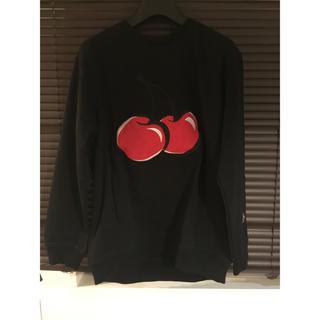 ボウダンショウネンダン(防弾少年団(BTS))のビックシルエットチェリー刺繍トレーナー 黒(Tシャツ/カットソー(七分/長袖))