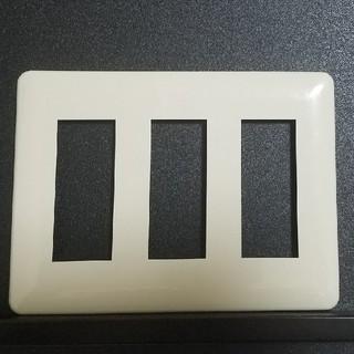 パナソニック(Panasonic)のWN6009Wフルカラーモダンプレート9コ用(3連9コ用)(ミルキーホワイト)(その他)