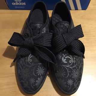 アディダス(adidas)の新品25アディダスリレースロー花柄黒(スニーカー)