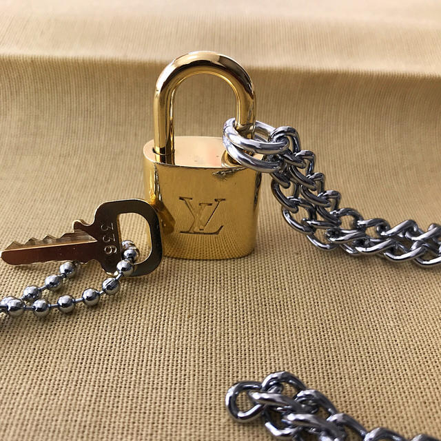 LOUIS VUITTON(ルイヴィトン)のLOUISVUITTON パドロック カデナ 南京錠 鍵有り 336  メンズのアクセサリー(ネックレス)の商品写真
