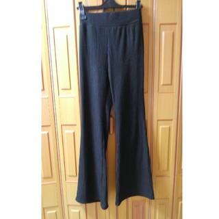 セシルマクビー(CECIL McBEE)の黒の裾広がりパンツ(カジュアルパンツ)