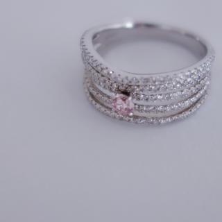 穏やかな気持ちになる綺麗な桜色のファンシーピンクダイヤモンド(リング(指輪))