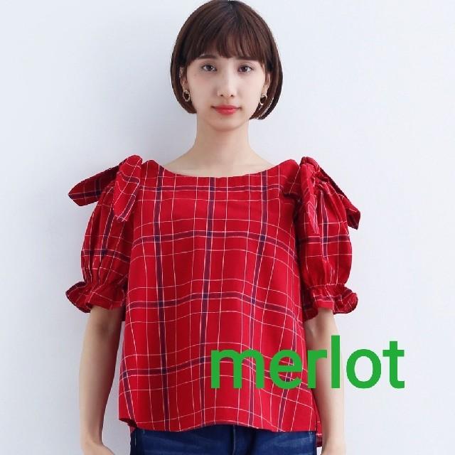 merlot(メルロー)の【 新品 未使用 タグ付き 】 merlot チャック柄 肩リボンブラウス 赤 レディースのトップス(シャツ/ブラウス(半袖/袖なし))の商品写真