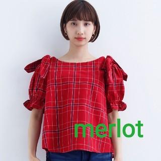 merlot - 【 新品 未使用 タグ付き 】 merlot チャック柄 肩リボンブラウス 赤