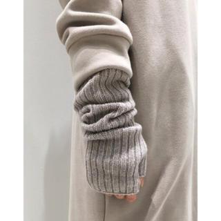 アパルトモンドゥーズィエムクラス(L'Appartement DEUXIEME CLASSE)の L'Appartement ジョンストンズKNIT GLOVE グレーB 新品(手袋)