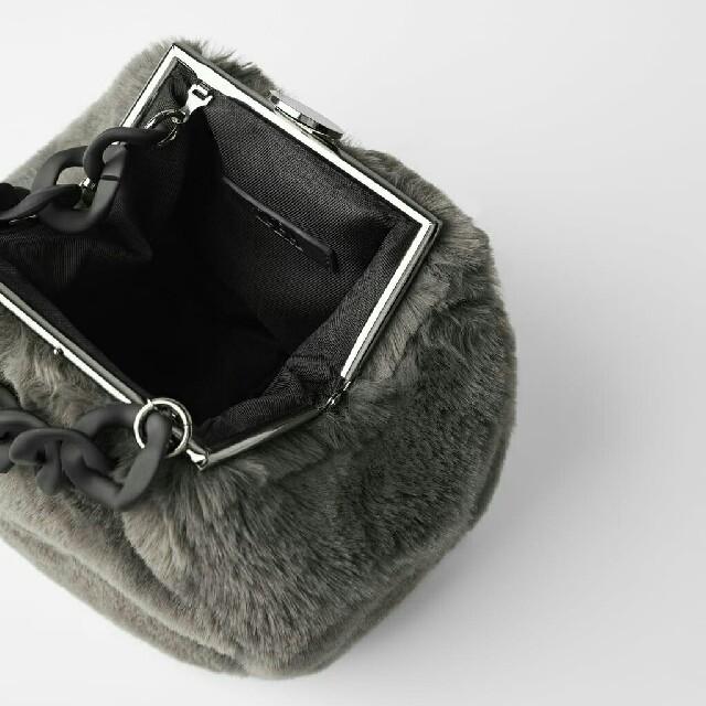 ZARA(ザラ)のZARA 留め具クロージング付きフェイクファークロスボディバッグ レディースのバッグ(ボディバッグ/ウエストポーチ)の商品写真