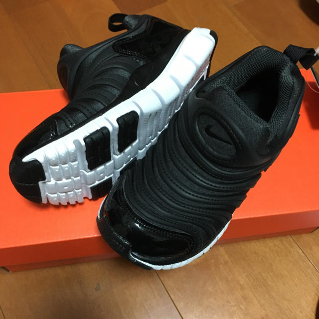 NIKE(ナイキ)の☆新品 18cm☆ ナイキ ダイナモフリー キッズ/ベビー/マタニティのキッズ靴/シューズ(15cm~)(スニーカー)の商品写真
