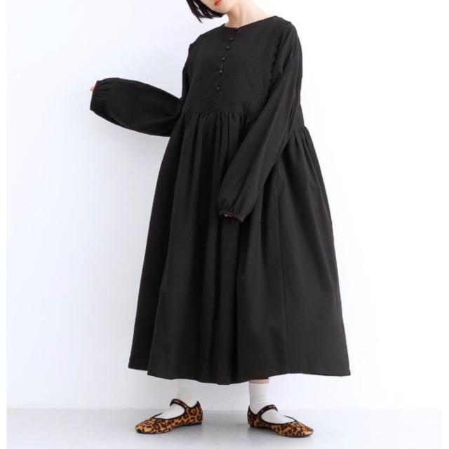 merlot(メルロー)のmerlot コットンネルレースラインワンピース 黒色です。 レディースのワンピース(ロングワンピース/マキシワンピース)の商品写真