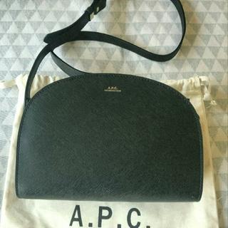 アーペーセー(A.P.C)のA.P.C. アーペーセー ハーフムーンバッグ エンボス ブラック(ショルダーバッグ)