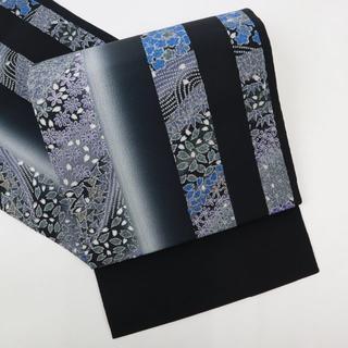 《染め名古屋◆花模様寄せ柄光彩の縞模様開き名古屋■黒地ちりめんFB1-5》(帯)
