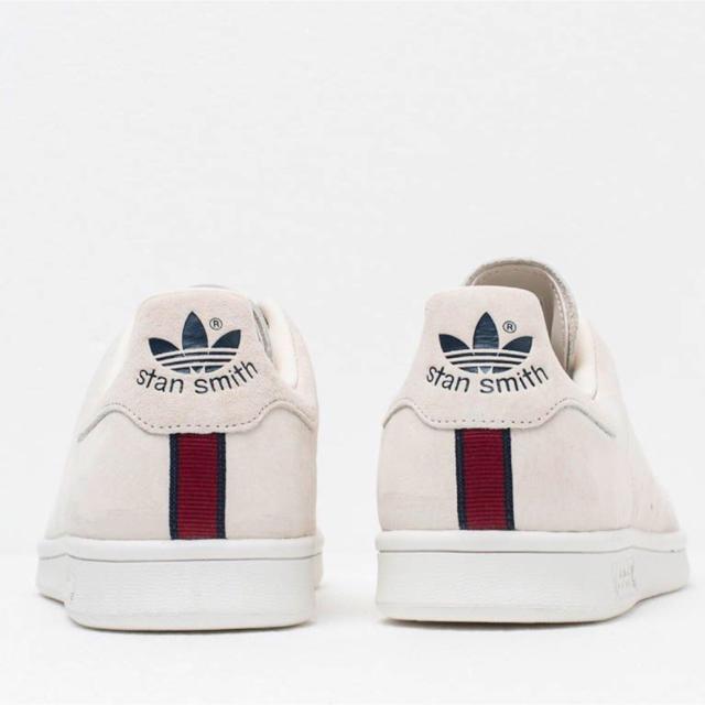 adidas(アディダス)のadidas stan smith スエード ベージュ 海外限定品 希少 レディースの靴/シューズ(スニーカー)の商品写真