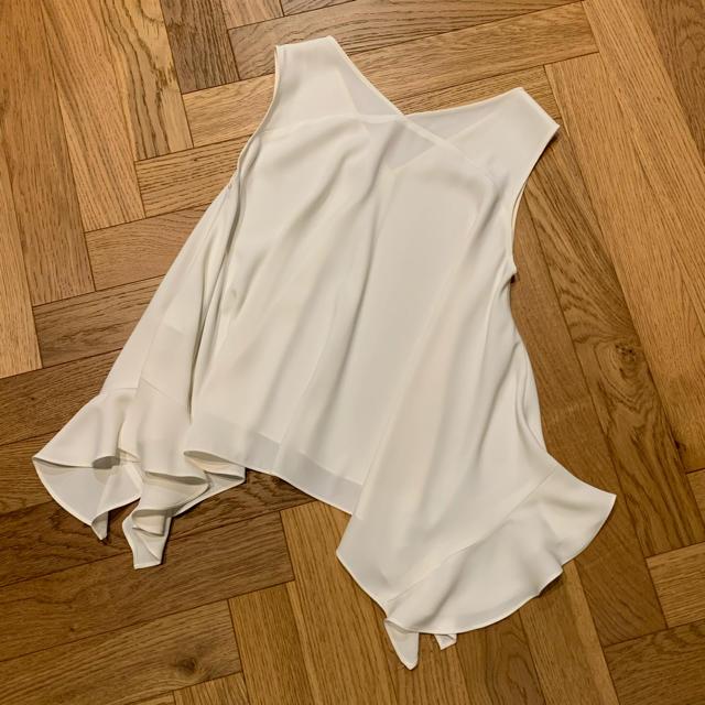 Noble(ノーブル)のNOBLE サイドラッフルフレアブラウス ホワイト レディースのトップス(シャツ/ブラウス(半袖/袖なし))の商品写真