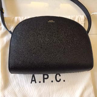 アーペーセー(A.P.C)のapc アーペーセー ハーフムーン エンボス加工ブラック(ショルダーバッグ)