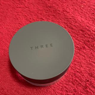 スリー(THREE)のTHREE アルティメイトダイアフェネス ルースパウダー グロー 01(フェイスパウダー)