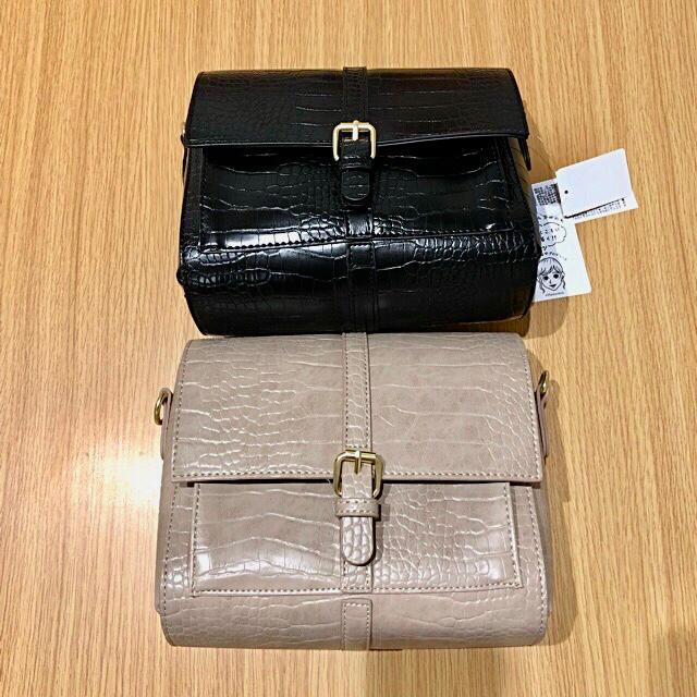 しまむら(シマムラ)のプチプラのあや クロコ柄前ベルトショルダーバッグ ベージュ&ブラック レディースのバッグ(ショルダーバッグ)の商品写真