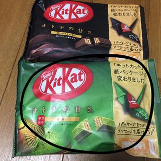 ネスレ(Nestle)のキットカット2種類赤と抹茶(菓子/デザート)