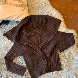 プリーツプリーズイッセイミヤケ(PLEATS PLEASE ISSEY MIYAKE)のイッセイミヤケ プリーツプリーズ 濃茶の羽織り(ノーカラージャケット)