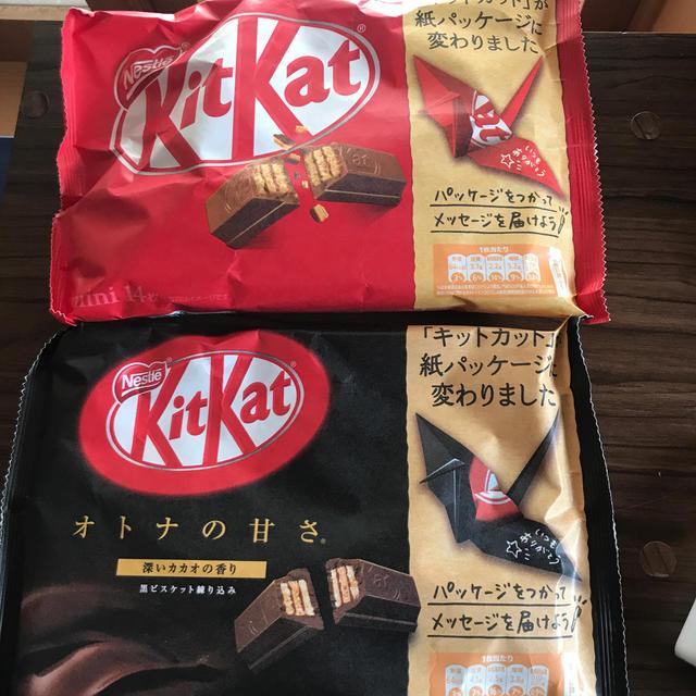 Nestle(ネスレ)のキットカット 赤と黒 一つづつ 食品/飲料/酒の食品(菓子/デザート)の商品写真