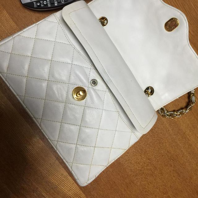 CHANEL(シャネル)のシャネル CHANEL wフラップ 白 マトラッセ  バッグ送料込み レディースのバッグ(ショルダーバッグ)の商品写真