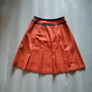 オレンジ色のフレアスカート(ひざ丈スカート)