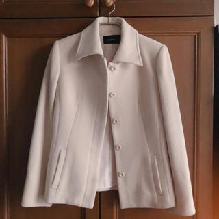 ストロベリーフィールズ(STRAWBERRY-FIELDS)のミルクティーカラーのジャケットハーフコート(ノーカラージャケット)
