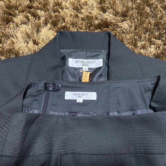 NATURAL BEAUTY BASIC(ナチュラルビューティーベーシック)の美品⭐︎3点セットで♡黒のスカートスーツ&シャツ レディースのフォーマル/ドレス(スーツ)の商品写真