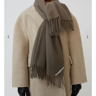 アクネ(ACNE)の日本完売  オーバーサイズのフリンジ付きスカーフ マッシュルームベージュ(マフラー)