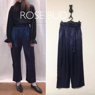 ローズバッド(ROSE BUD)のROSE BUD サテン リラックス パンツ(カジュアルパンツ)