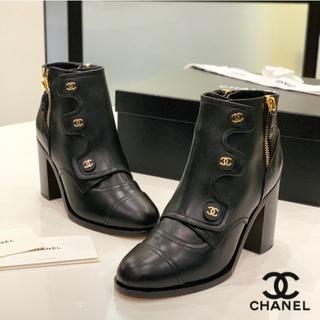 シャネル(CHANEL)の1348 新品 シャネル ココボタン サイドジップ ショートブーツ 黒(ブーツ)