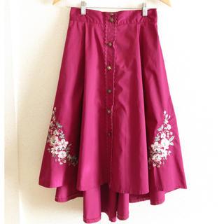 アクシーズファム(axes femme)の刺繍入りカラースカート(ひざ丈スカート)