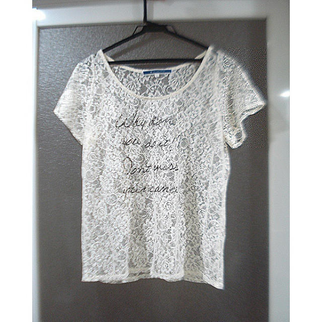 THE EMPORIUM(ジエンポリアム)のTHE EMPORIUM(ジエンポリアム)英字×総レースTシャツ お洒落 重ね着 レディースのトップス(Tシャツ(半袖/袖なし))の商品写真