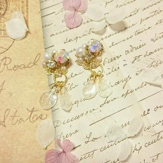 白い紫陽花の花びらゆらゆらピアス(ピアス)