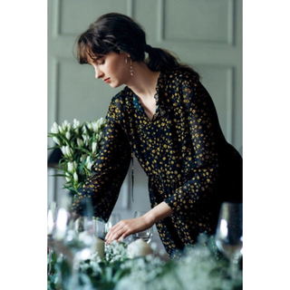 Mila Owen - 《新品タグ付き》ミラオーウェン シャツガウン 深スリットウエストリボン花柄ガウン
