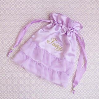 メゾンドフルール(Maison de FLEUR)の新品*サテンチュールフリル巾着ポーチ*刺繍*パープル*パール*トラベルポーチ(ポーチ)