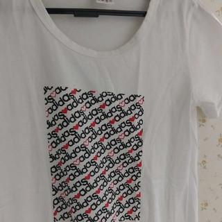 アディダス(adidas)のadidasのシャツ(Tシャツ(半袖/袖なし))