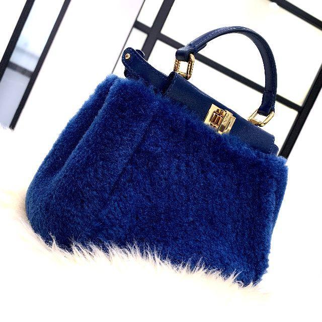 FENDI(フェンディ)の美品 フェンディ ミニピーカブー ムートン 2wayバッグ 青 レディースのバッグ(ショルダーバッグ)の商品写真