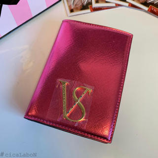 ヴィクトリアズシークレット(Victoria's Secret)の【新品】VS パスポートケース ピンク(旅行用品)