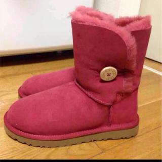 アグ(UGG)のUGG アグ 新品未使用 赤 ブーツ ベイリーボタン ショート 24センチ(ブーツ)