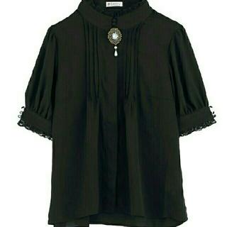 アクシーズファム(axes femme)のブローチ付スタンドカラーBL(黒)(Tシャツ(半袖/袖なし))